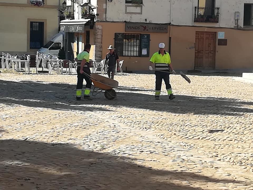 Los operarios retiran la arena de la Plaza del Grano