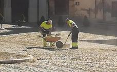 Los operarios municipales comienzan a retirar la arena de la Plaza del Grano