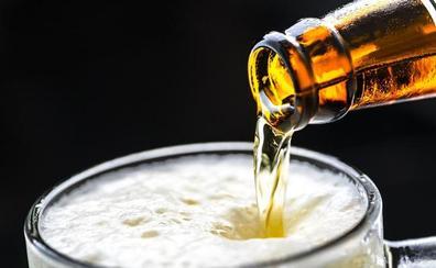 El leonés toma una cerveza por las casi dos que degusta un murciano