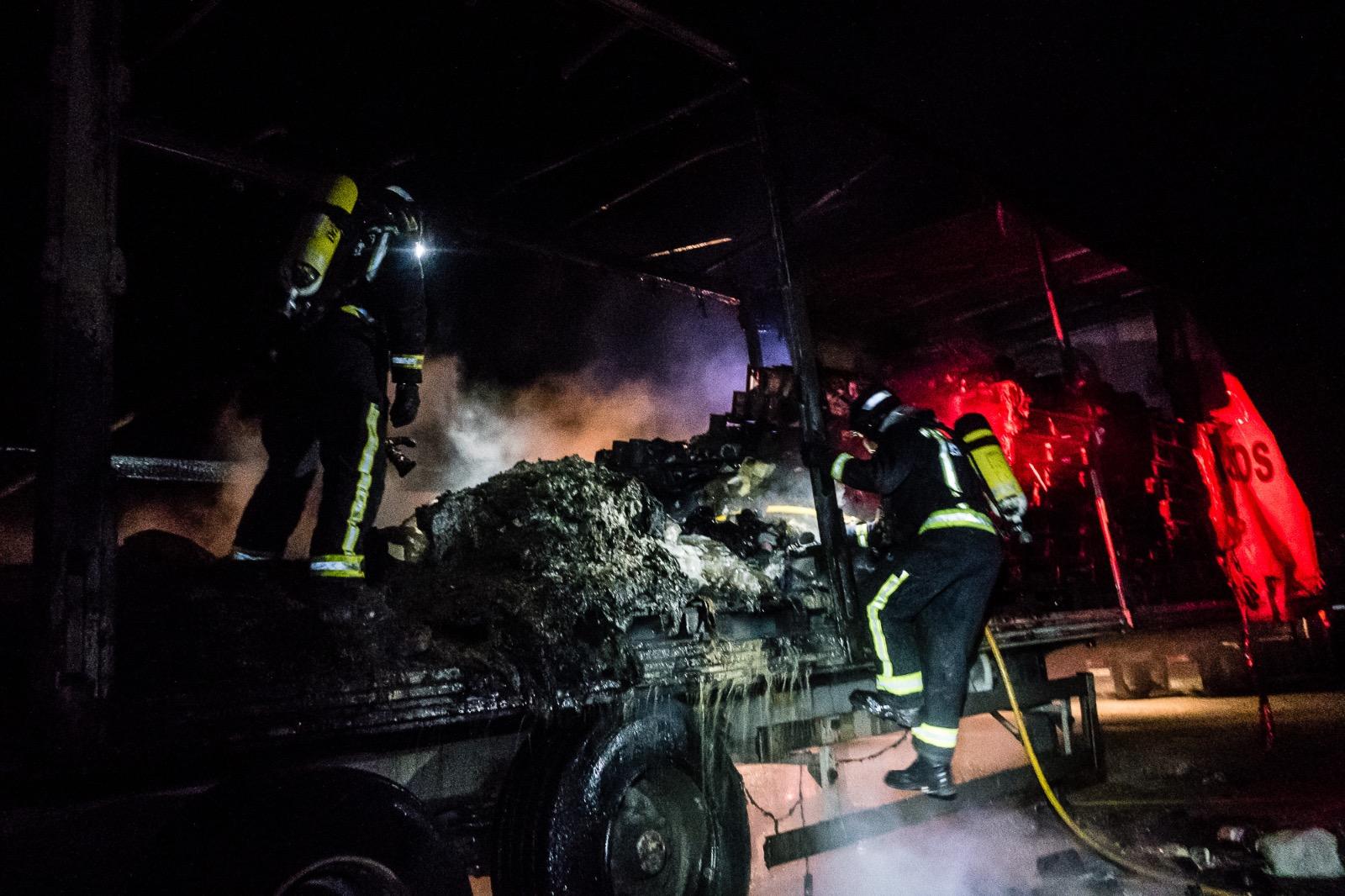 Intervención de los bomberos de León para sofocar un fuego en un camión