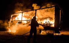 Los Bomberos de León extinguen de madrugada un incendio en un camión en la N-630
