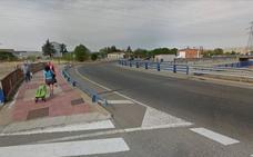 Un turismo golpea a un ciclista de 25 años y se da a la fuga en la rotonda de la LE-20 en Villaobispo