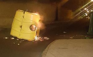 El incendio de un contenedor de envases obliga a cortar la calle San Lorenzo