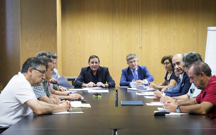 El consejero de Sanidad se reúne con el comité de la huelga de médicos interinos