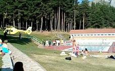 Villamanín felicita a una socorrista que rescató y reanimó a una bañista en la piscina pública