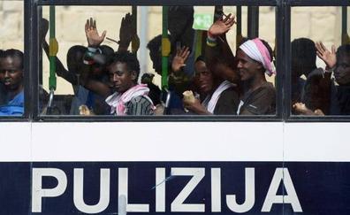 España empieza a evaluar el perfil de los 60 inmigrantes del Aquarius que acogería