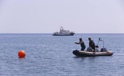 Recuperan en Salobreña un cadáver que estaba bajo el mar atado a unos bidones llenos de arena