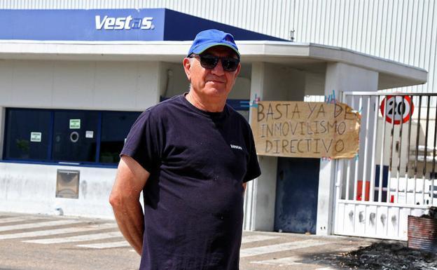 Juan Carlos, frente a la factoría de Vestas en Villadangos del Páramo.