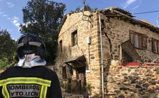 La explosión de una estufa causa un herido grave y destroza una vivienda en Santa Colomba