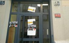 Atacan la sede del PSOE de Astorga con pegatinas contra la exhumación de Franco