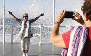Las olas invaden el Muro y los vasos el Puerto