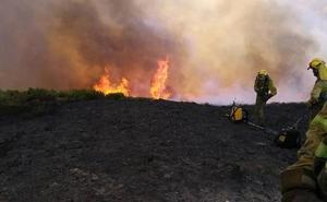 Varios efectivos luchan contra el fuego en la localidad berciana de Villadecanes