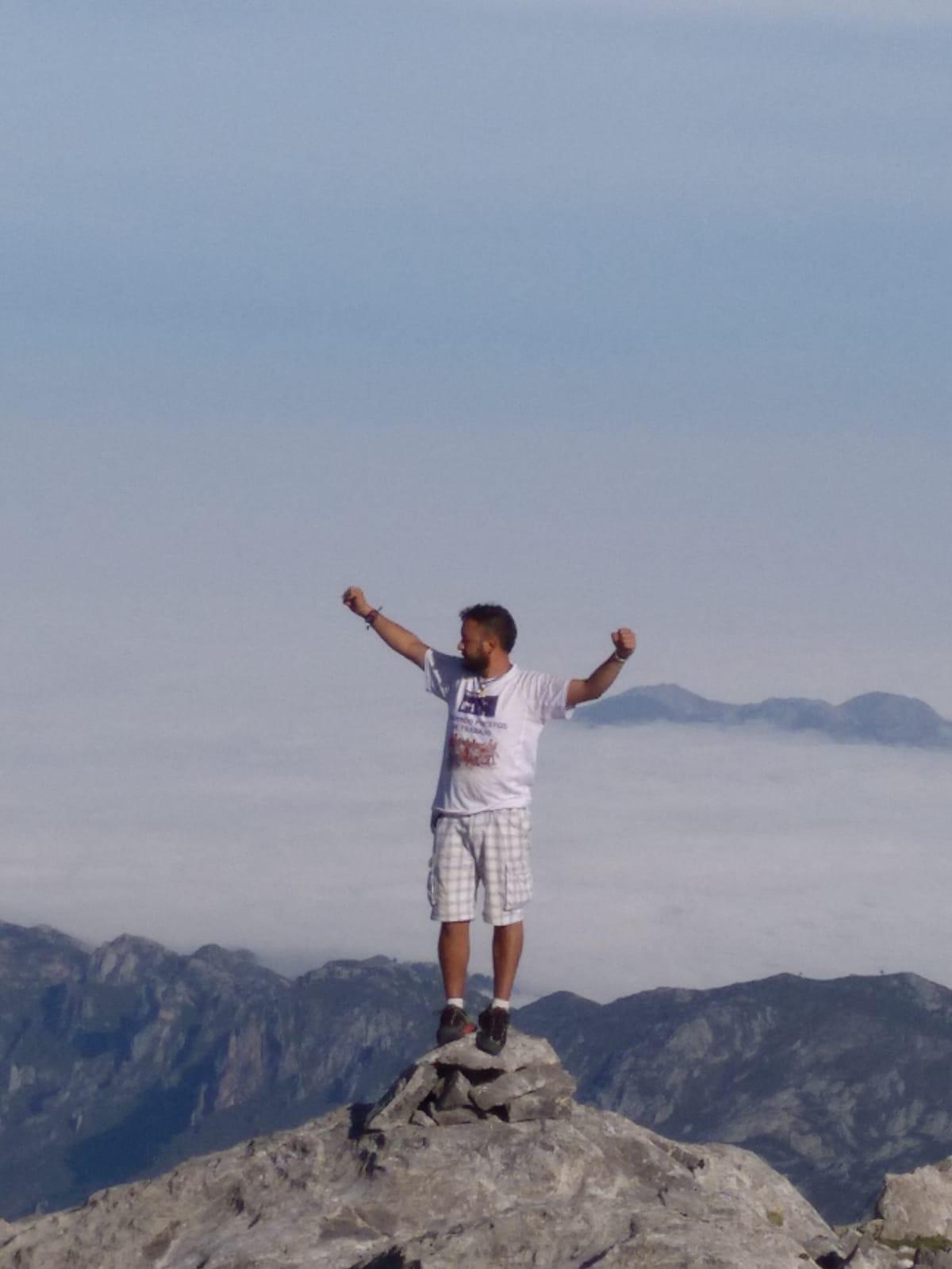 Los trabajadores de Vestas claman por su continuidad desde lo alto de Picos de Europa
