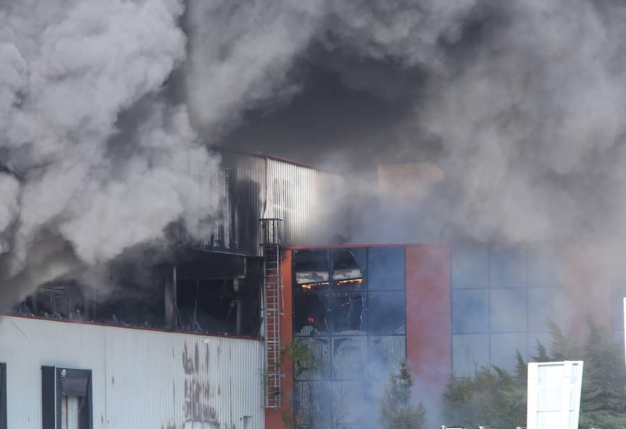 Incendio en una nave del polígono de Cabañas Raras