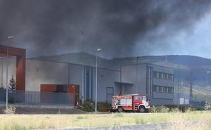 Arde una nave de inyección de plásticos sin actividad en el Polígono Industrial de Cabañas Raras