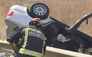 Una mujer herida tras volcar con su vehículo en un acceso a la capital