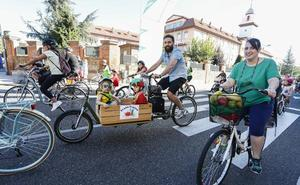Cerca de 6.000 personas sobre dos ruedas toman la capital leonesa en el día de la bici