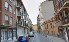 Hallan muerto a un varón en una cochera de Astorga que había convertido en su vivienda