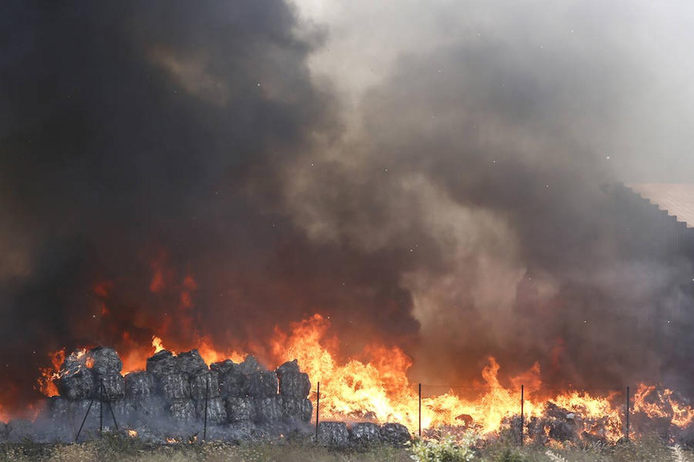 Un incendio asola la planta de reciclaje industrial de León Verde