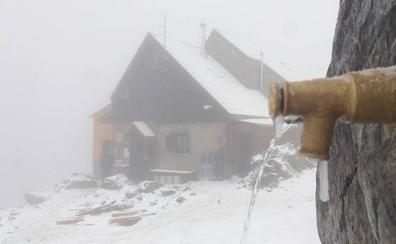 La nieve cubre de blanco las alturas de la provincia leonesa