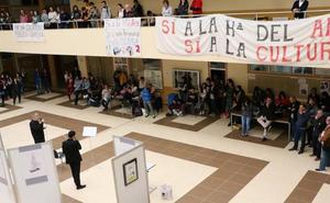 Los poemas visuales de Gustavo Vega ocupan el hall de Filosofía