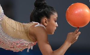 La pelota impulsa a Paula Serrano