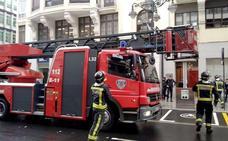 La alerta por humo en un edificio de Ordoño II obliga a intervenir a varias dotaciones de Bomberos
