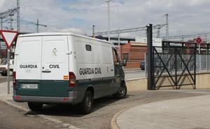 El intento de fuga del preso leonés pone en evidencia la «falta de personal y seguridad» en los traslados desde Villahierrro