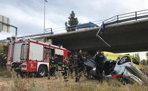Un conductor pierde el control de su vehículo en la LE-30 y se precipita a la ribera del río Bernesga