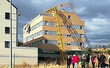 Una grúa torre se precipita sobre un edificio en Soria