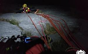Seis horas con viento y sin luz para rescatar a los montañeros que quedaron colgados en Picos de Europa