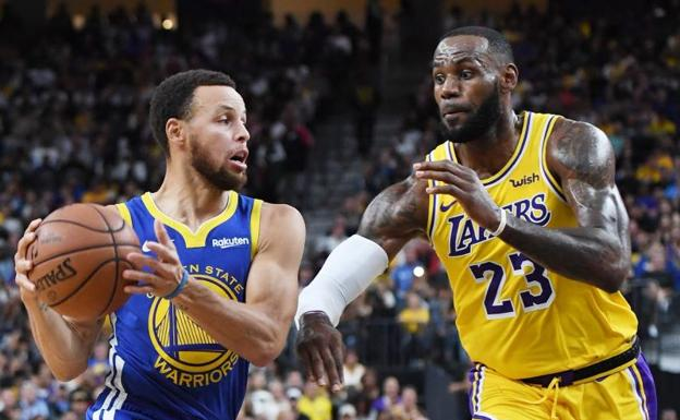 Stephen Curry y LeBron James, en uno de los duelos de pretemporada entre Warriors y Lakers.