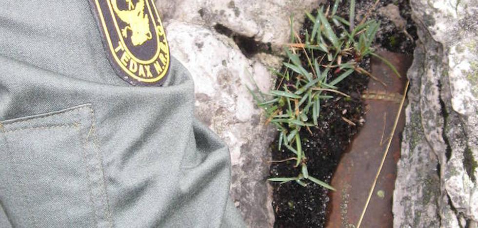 Los Tedax de la Guardia Civil destruyen un proyectil de artillería de la Guerra Civil