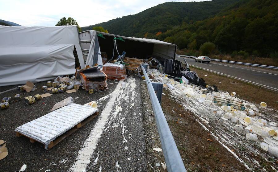 Accidente de un camión en la autovía A6 en Trabadelo
