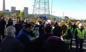 Los trabajadores de las auxiliares de Endesa se concentran en Compostilla para exigir «soluciones» que garanticen su futuro laboral
