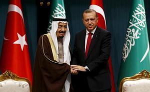 El rey y el heredero de Arabia Saudí envían sys condolencias al hijo de Khashoggi