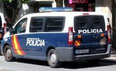 La rápida intervención policial salva la vida de una menor que intentaba arrojarse por la ventana en Valladolid