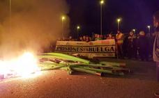Más de 250 funcionarios de prisiones redoblan su protesta ante la cárcel de León y bloquean la entrada