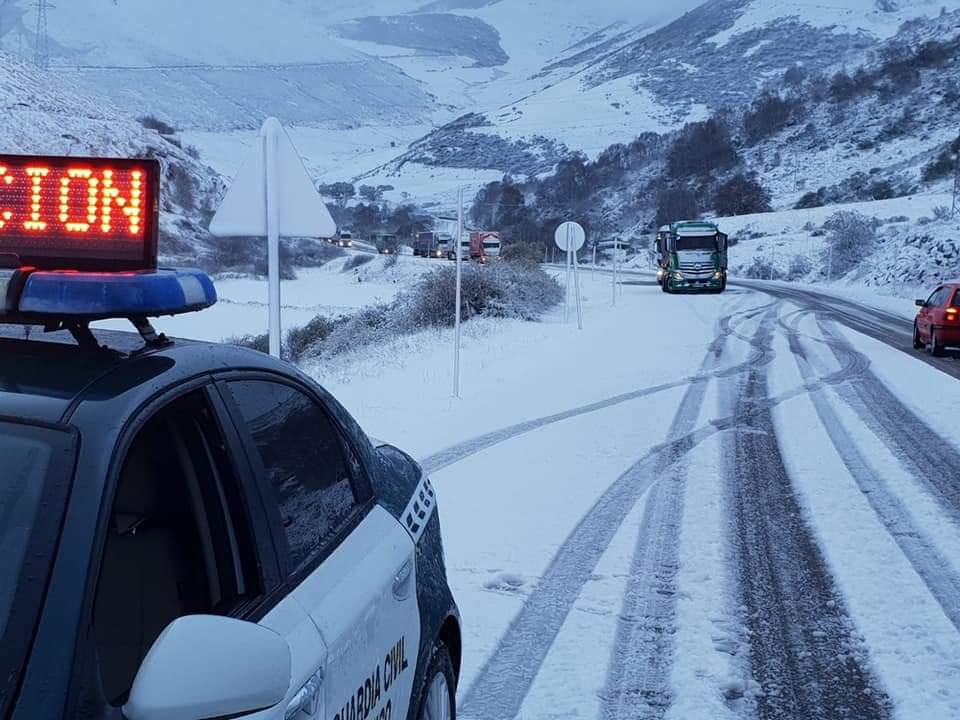 La nieve complica la circulación de Pajares, el Huerna y Somiedo