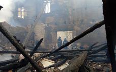 El fuego devora dos viviendas y daña una tercera en San Esteban, Villarín y Sariegos en sólo tres horas
