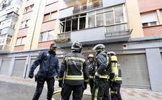 Un incendio calcina el salón y la terraza de una vivienda en la calle La Bañeza del barrio San Mamés