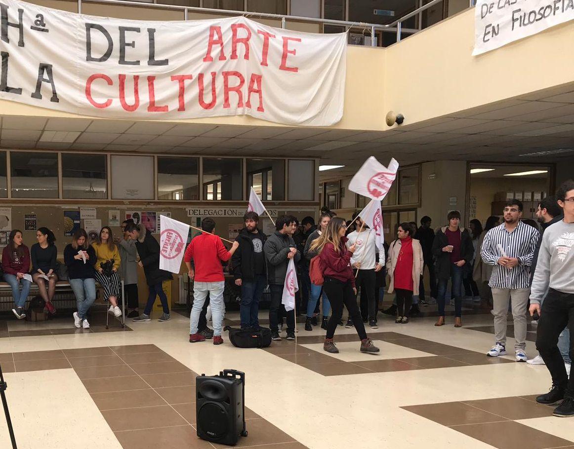 Un centenar de alumnos se moviliza para protestar por el estado de la de la Facultad de Filosofía