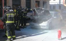 Los bomberos sofocan un incendio en un coche que circulaba cerca del parking de San Pedro