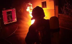 Los Bomberos de León sofocan un incendio en unos contenedores de San Andrés del Rabanedo