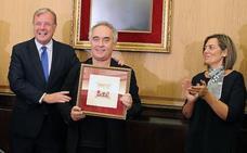 Ferrán Adriá se compromete a ejercer de embajador de León tras recibir el 'Manjarín de plata'