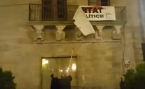Descuelgan la pancarta a favor de los presos de la que se desmarcó Marc Márquez pero el alcalde de Cervera la repone