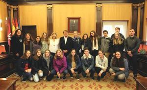 García-Prieto recibe a un grupo de alumnos de Búfalo de intercambio con el IES Padre Isla