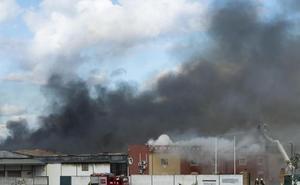 Fallece una mujer y dos personas resultan heridas en un incendio de una vivienda en Sevilla