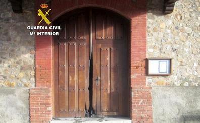 La Guardia Civil logra dar con el responsable de la quema de la puerta de la iglesia de Llamas de la Ribera