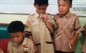 Un profesor castiga a sus alumnos obligándoles a fumar un paquete de tabaco